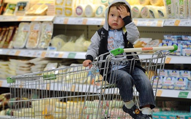 уставший ребенок в магазине