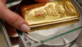 Контрольное взвешивание слитка золота