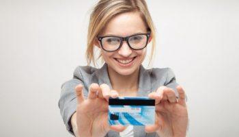 Девушка с банковской картой