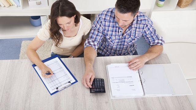 Пара рассчитывают платеж по ипотеке